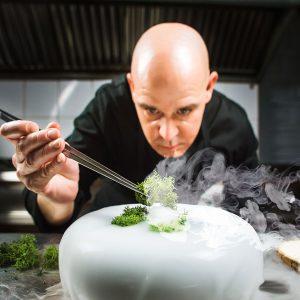 Las propiedades deshidratantes del frío extremo del nitrógeno líquido realizan el mismo papel que la cocina con fuego. Además, los procesos bacterianos se reducen.