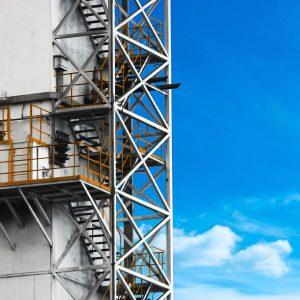 La cold box es una estructura que aisla y resguarda las columnas de destilación criogénica, donde se realiza la separación de oxígeno, nitrógeno y argón.