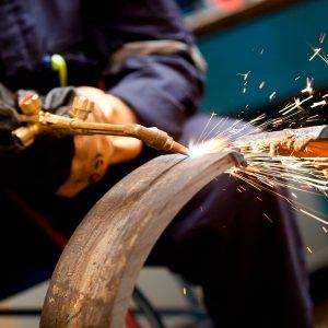 El oxígeno se emplea con gases combustibles para proceso de soldadura, corte, decapado, limpieza con flama, endurecimiento por flama y enderezado.