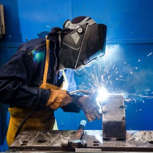 El gas protector dentro de soldadura tiene la tarea de impedir que la atmósfera externa entre en contacto con el metal fundido para evitar que haya defectos estructurales y estéticos.