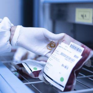 El hielo seco (bióxido de carbono) hace posible que la sangre donada sea conservada intacta para su uso cuando sea necesario.